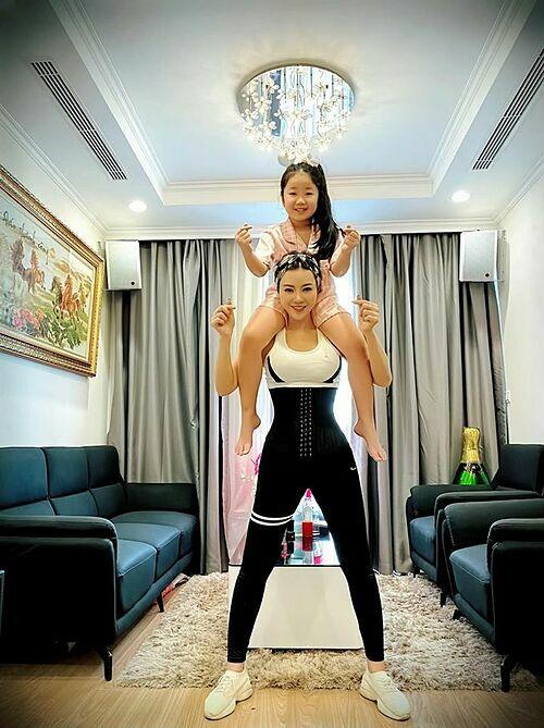 Diễn viên Thanh Hương tập thể dục cùng con gái khi ở nhà tránh dịch.