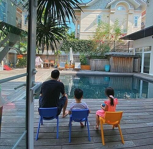 Tăng Thanh Hà hạnh phúc khi ngắm chồng bên hai con.