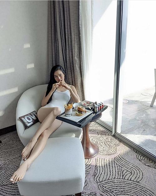 Những mẫu bikini liền thân, đơn sắc cũng được Tuyết Lan sử dụng khi nghỉ dưỡng ở Singapore trong thời gian tránh dịch.