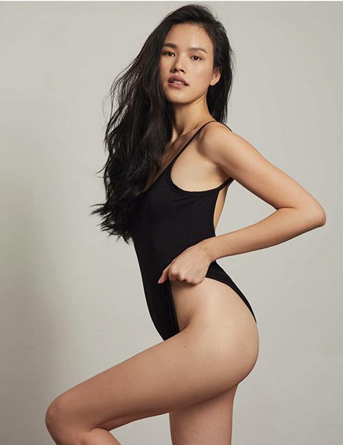 Không khai thác nhiều khoảng hở như bikini hai mảnh nhưng áo tắm liền thân của Tuyết Lan lại giúp người mặc phô diễn trọn vẹn 3 vòng sexy.
