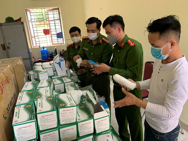 Lái xe Phạm Văn Vương cùng số lượng khẩu trang tại CAH Vĩnh Bảo. Ảnh: Công an Hải Phòng.