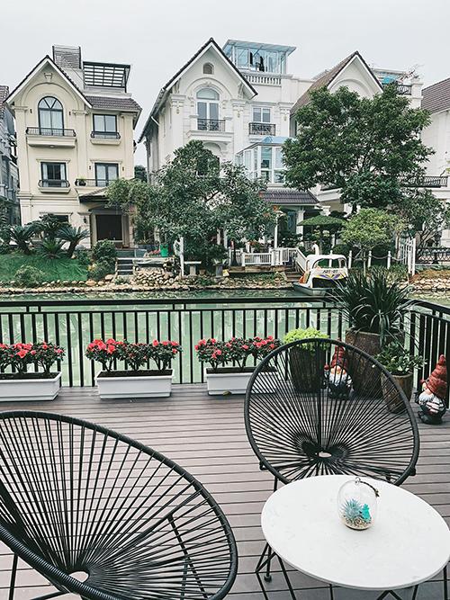 Khu vườn sau nhà của á hậu còn có các chậu hoa đỗ quyên, giúp gia chủ thư giãn, làm đẹp không gian.