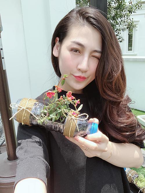 Người đẹp thử thách bản thân với việc tái sử dụng các chai nhựa để trồng cây.