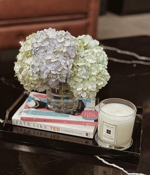 Những ngày mùa dịch, á hậu cắt hoa cẩm tú cầu để tô điểm cho góc phòng.