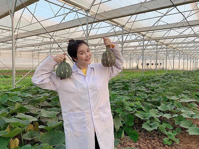 Lý Nhã Kỳ thu hoạch rau củ tại nông trại của cô ở Đà Lạt.