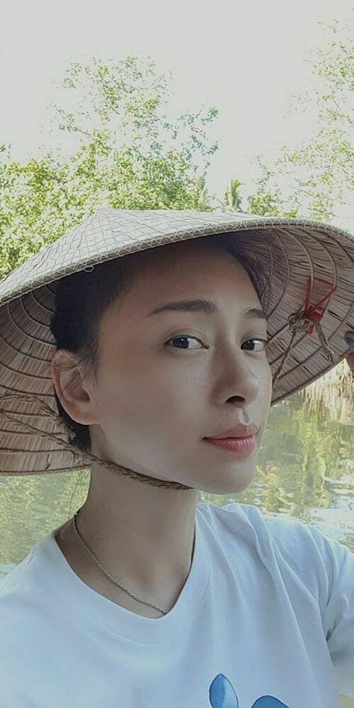Tránh dịch ở quê Trà Vinh đã lâu, Ngô Thanh Vân đùa rằng sẽlấy chồng ổn định, trồng rau nuôi gà luôn và sẽ không lên Sài Gòn nữa.