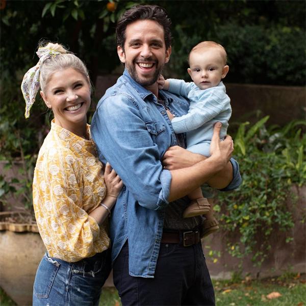 Vợ Nick đăng tải bức ảnh gia đình chụp cách đây một tháng khi nam diễn viên chưa bị nhiễm Covid-19.