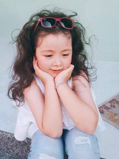 Cadie Mộc Trà là con đầu lòng của nữ diễn viên, năm nay 6 tuổi. Cô bé có đôi mắt to tròn giống mẹ và mái tóc xoăn tự nhiên.