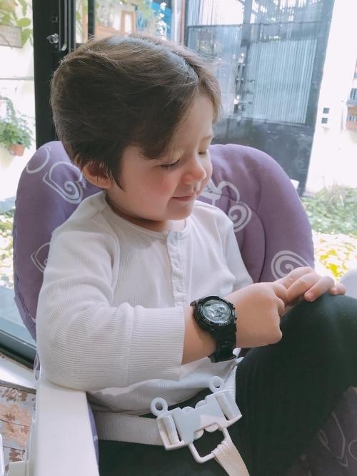 Alfie Túc Mạch chào đời vào cuối năm 2015. Anh chàng được mẹ nuôi tóc bồng bềnh lãng tử. Cậu bé sở hữu đôi mắt to cùng gương mặt bầu bĩnh.