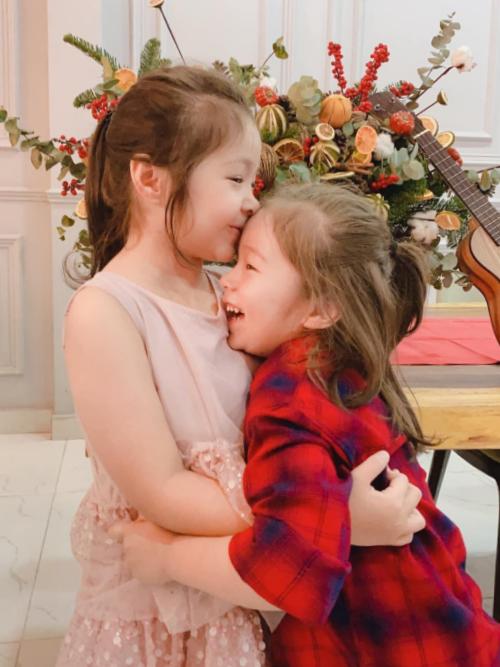 Vì tuổi còn nhỏ, hai chị em hiếm khi nhường nhau những món đồ chơi trong nhà. Song Cadie thích vui đùa cùng em trai, cô bé thường xuyên thể hiện tình cảm cho em qua những cái ôm hôn.