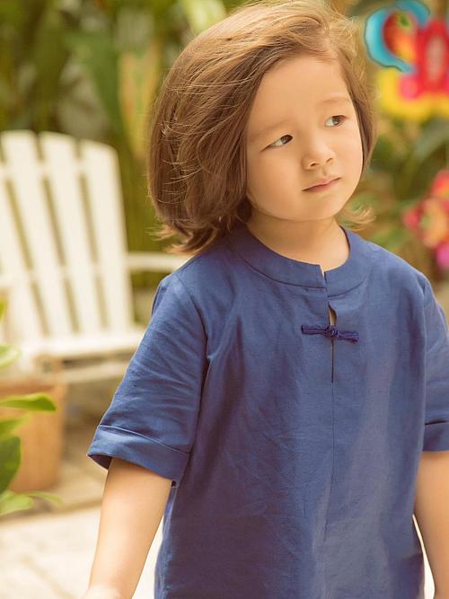 Dù nhỏ tuổi, cậu nhóc ý thức phụ giúp mẹ một số việc nhà.