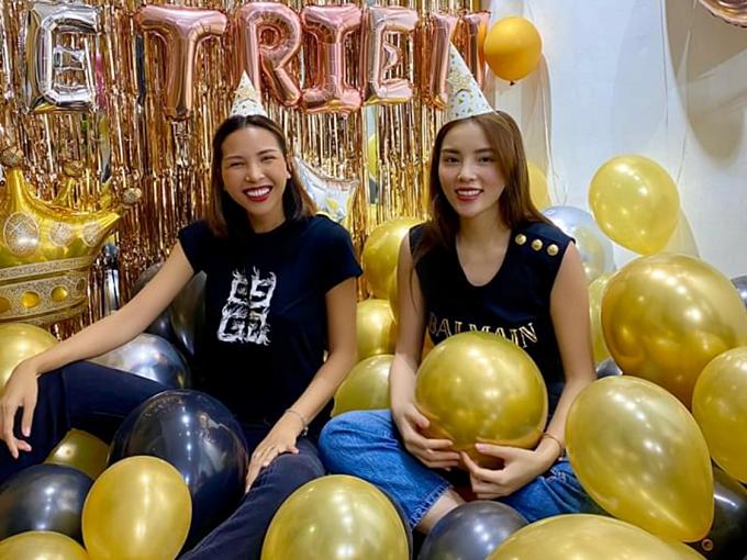 Ngày 22/4 mới là sinh nhật lần thứ 32 của Minh Triệu (trái). Cô hạnh phúc trước món quà bất ngờ từ bạn thân - hoa hâu Kỳ Duyên và các fans.