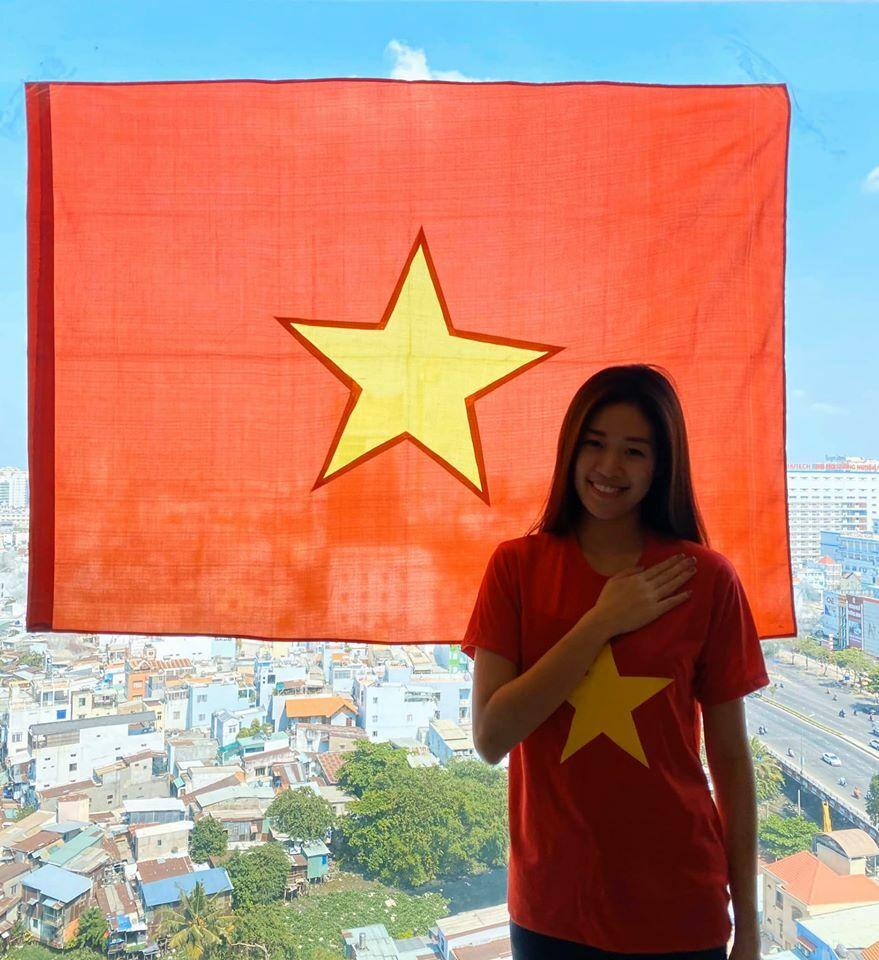 Cùng Vân treo quốc kỳ cổ vũ Việt Nam chiến thắng đại dịch nhé.Tôi yêu Việt Nam, hoa hậu Khánh Vân nhắn nhủ mọi người. Cô cũng tag tên hàng chục sao Việt hàng cùng hưởng ứng.