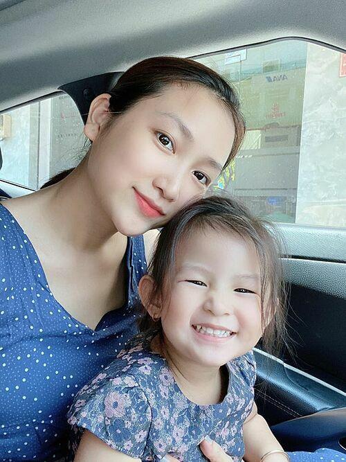 Con gái ca sĩ Lam Trường tươi rói bên mẹ.