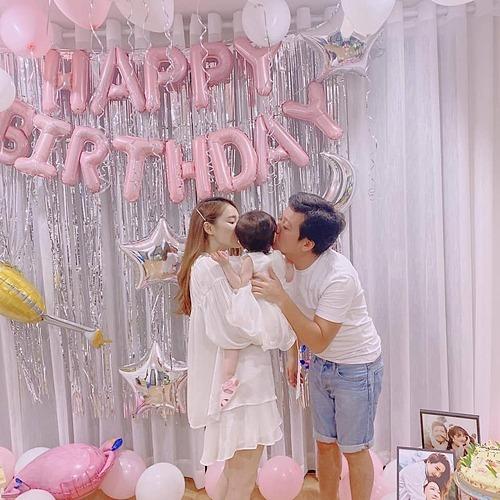 Trường Giang hạnh phúc bên vợ và con gái trong tiệc sinh nhật.
