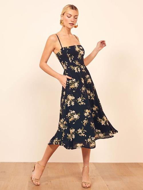 Vào mùa nóng, những mẫu váy lụa mềm, chiffon lụa, cotton kiểu hai dây sẽ giúp phái đẹp dễ thở hơn.