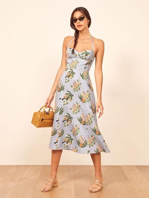 Street style dành cho mùa nắng với đầm hai dây, túi mây - tre đan, sandal quai mảnh.