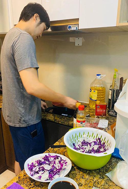 Bạn trai Pha Lê thường xuyên vào bếp nấu ăn cho cô.
