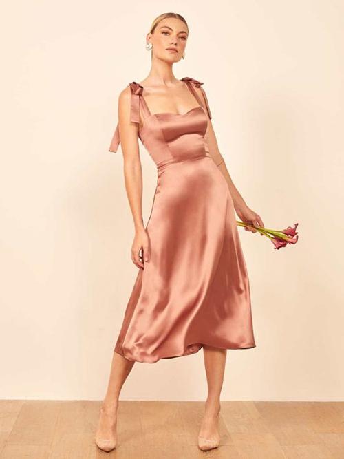 Bên cạnh các mẫu váy hoa, đầm hai dây còn có các kiểu vải lụa, satin tôn nét quyến rũ cho người mặc.