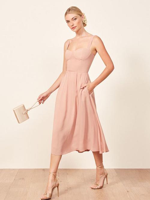 Váy hai dây với phần cúp ngực bắt mắt, đường siết eo tinh tế để tôn những điểm vàng trên hình thể phái đẹp.