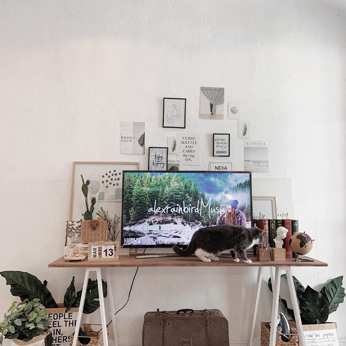 Minh biến bất lợi của căn hộ thành ưu điểm khi tận dụng các mảng tường cũ, gồ ghề, chỉ việc sơn lại căn hộ theo phong cách anh yêu thích, không mất thời gian đập đi - xây lại.