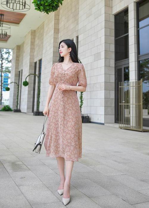 Váy hoa là trang phục vốn không quá xa lạ với các nàng mê mặc đẹp. Những tín đồ của dòng thời trang vintage luôn chọn chúng để chưng diện hàng ngày.