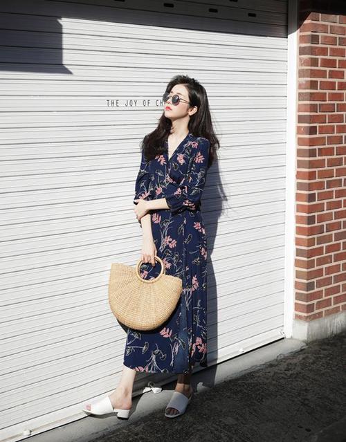 Sự trở lạ của xu hướng váy in hoa sẽ giúp phong cách ăn diện khi đi làm của chị em văn phòng thêm cuốn hút.