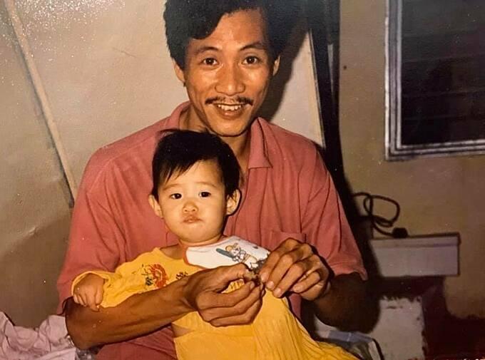 Tối 22/4, Khánh Vân đăng tải lên trang cá nhân loạt hình ảnh chụp cùng bố mẹ thời nhỏ. Lúc này người đẹp chưa đầy tuổi, còn đeo yếm và ngồi lọt thỏm vào lòng khi được bố cho ăn.