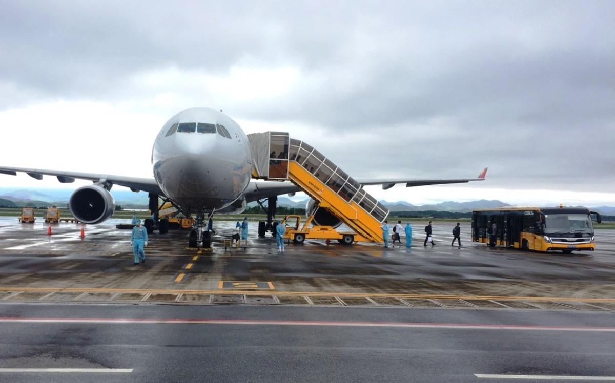 240 chuyên gia Hàn Quốc xuống sân bay Vân Đồn trưa ngày 23/4. Ảnh: Bình Minh