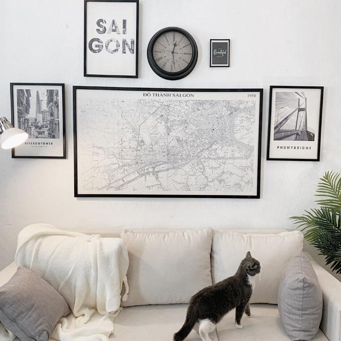 Anh chọn tông trắng làm màu chủ đạo cho căn hộ, giúp tối ưu ánh sáng. Tông trung tính được sử dụng để tạo nên điểm nhấn màu sắc.