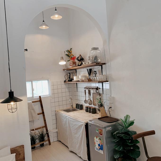 Vì muốn xây dựng phong cách căn hộ studio theo đúng chất Scandinavian nên tôi đã phá bỏ vách ngăn cũ, nâng thành mái vòm, tạo sự thông thoáng, tách biệt bếp, toilet và không gian sinh hoạt chung, anh chia sẻ. Tổng chi phí cải tạo nhà là 130 triệu đồng.