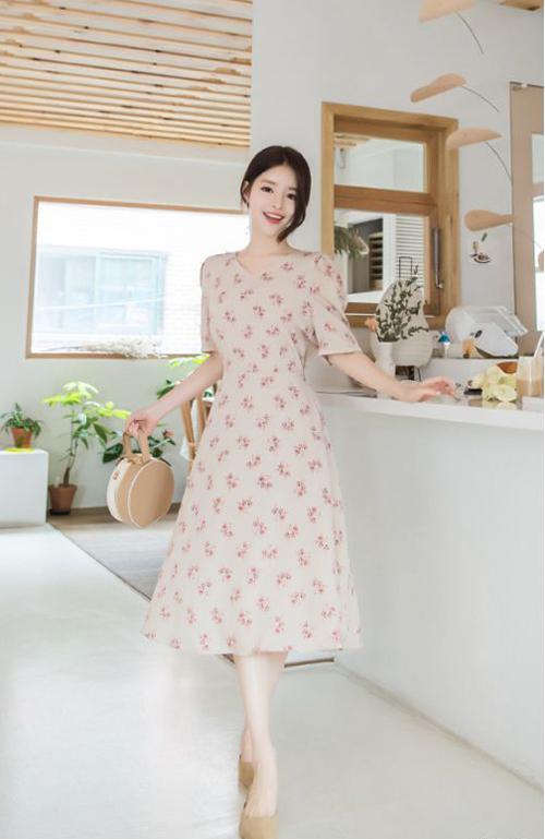 Váy liền thân dành cho mùa hè được trang trí họa tiết những cánh hoa nhỏ nhắn, tông màu đa dạng từ thanh nhã đến rực rỡ.
