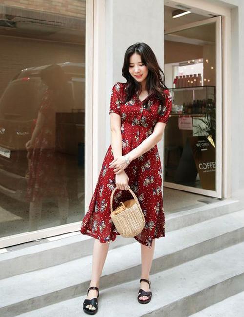 Sử dụng váy liền thân cùng túi thân thiện môi trường, sandal là công thức phối đồ được nhiều chị em áp dụng.