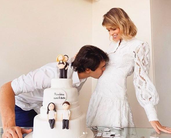Kaka hôn lên bụng bầu của vợ trong sinh nhật. Ảnh: Instagram.