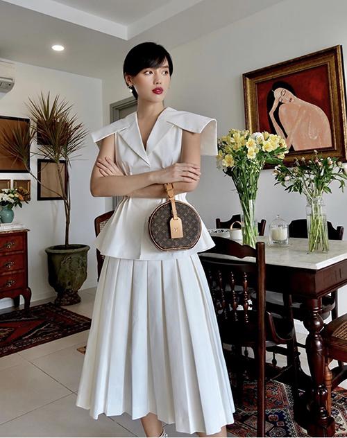 Túi Louis Vuitton luôn được Khánh Linh mix-match linh hoạt cùng nhiều set đồ. Khi chụp ảnh tự sướng ở nhà, fashionista cũng mix đồ bài bản như mọi lần chụp ảnh street style.