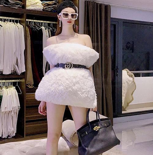 Hướng ửng trào lưu thời trang áo gối, Khánh My cũng chọn túi Hermes, kính hiệu, hoa tai Chanel để phối đồ.
