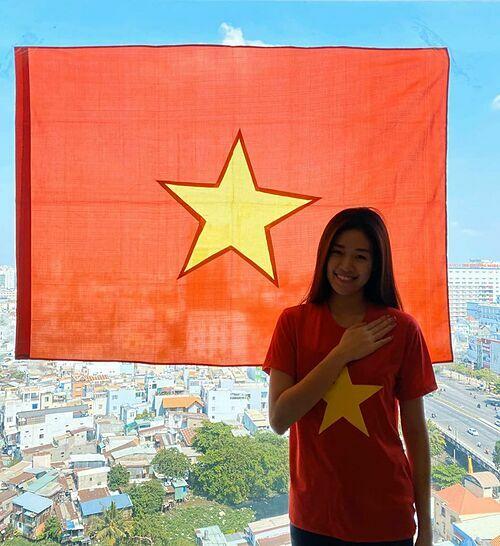 Người đẹp cũng treo quốc kỳ để cổ vũ Việt Nam sớm vượt qua dịch Covid-19.