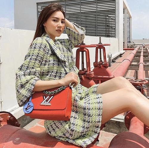 Lan Ngọc chọn túi Louis Vuitton màu nổi bật để tạo điểm nhấn khi chụp ảnh trên sân thượng.