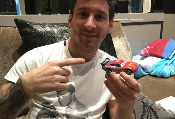Messi cũng thường xuyên được trông thấy mặc áo phông in hình huyền thoại Muhammad Ali. Năm 2016, khi Ali qua đời ở tuổi 74, chân sút 33 tuổi cũng viết tweet chia sẻ đau thương tới gia đình huyền thoại.