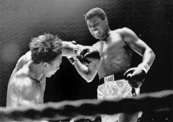 Bức ảnh số 4 chụp khoảnh khắc Ali chiếm ưu thế trướcCleveland Williams năm 1966.