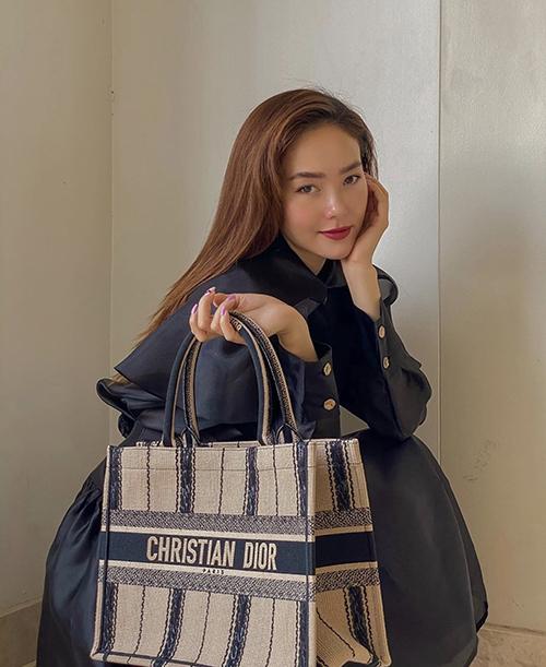 Minh Hằng mix váy điệu đà hài hoà với phom dáng và sắc màu của túi Dior bản lớn. Đây là dòng phụ kiện được sao Việt ưa chuộng ở mùa thời trang 2019/2020.