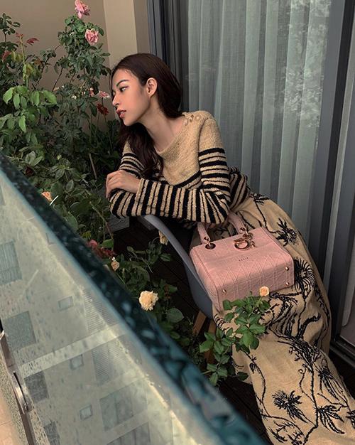 Túi Dior tông hồng phấn nữ tính vừa xuất xưởng được Phí Phương Anh chọn để mix đồ khi ở nhà tránh dịch.