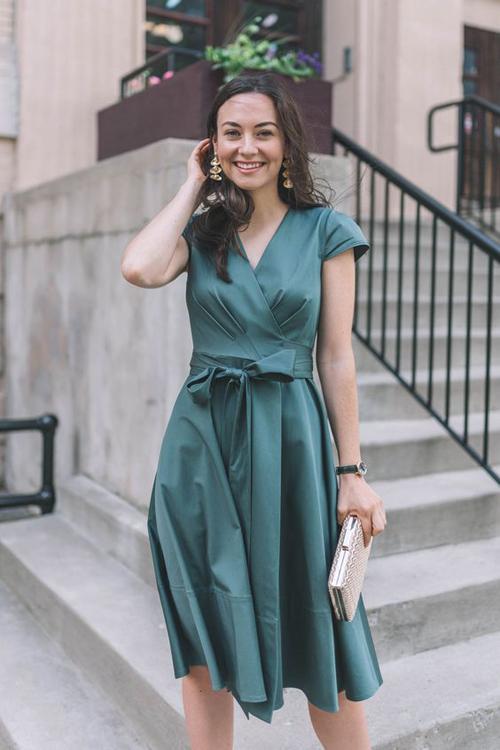 Đầm thắt eo là một trong những món đồ dễ dàng tôn nét thanh lịch cho phái đẹp. Chính vì thế, qua 3 mùa thời trang nó vẫn trụ vững trong top những món đồ thịnh hành.