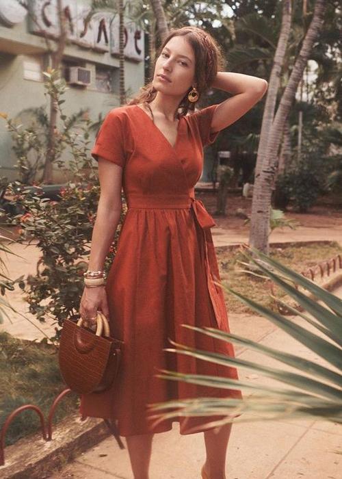Ở nhà sau thời gian dài chống dịch Covid-19, nhiều nàng dễ bị tăng cân. Vì thế các mẫu váy thắt eo nhẹ nhàng dễ che khuyết điểm và khiến hình ảnh chị em gọn gàng hơn.