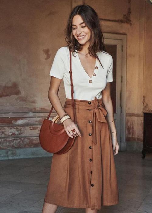 Bước vào mùa hè, chân váy midi được thiết kế trên những chất liệu vải bố, linen, vải thô để tạo cảm giác thoáng mát.