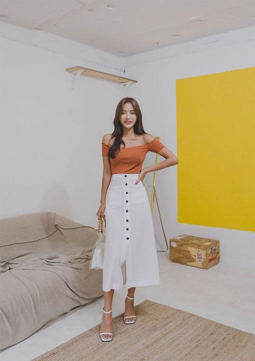 Chân váy dáng dài được trang trí thêm hàng nút, xẻ tà để tông nét gợi cảm cho phái đẹp khi đi làm.