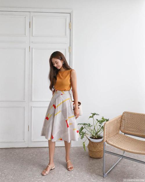 Trong mùa nóng, các kiểu chân váy xòe dáng cổ điển thường được mix cùng áo sát nách, áo trễ vai, áo thun tay lỡ để hài hòa với tiết trời.