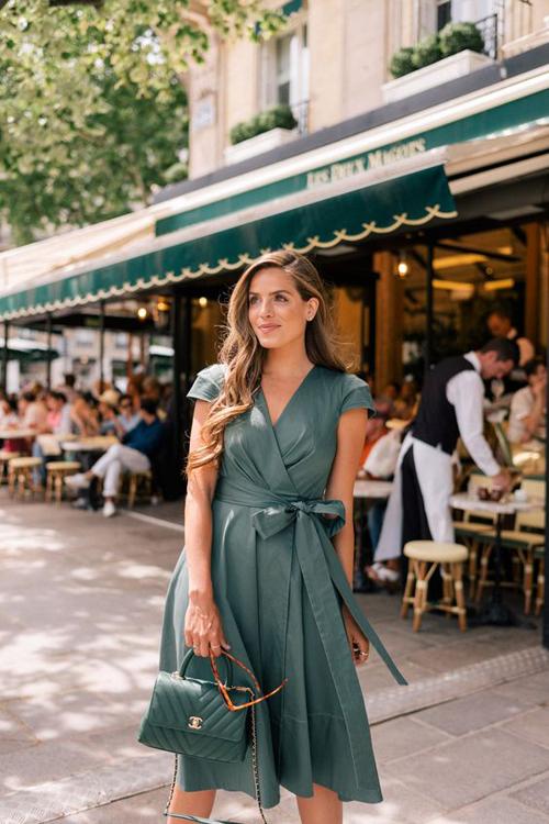 Với đường thắt eo nhẹ nhàng, những chiếc váy vạt quấn tạo điểm nhấn gợi cảm cho phái đẹp khi đi làm.