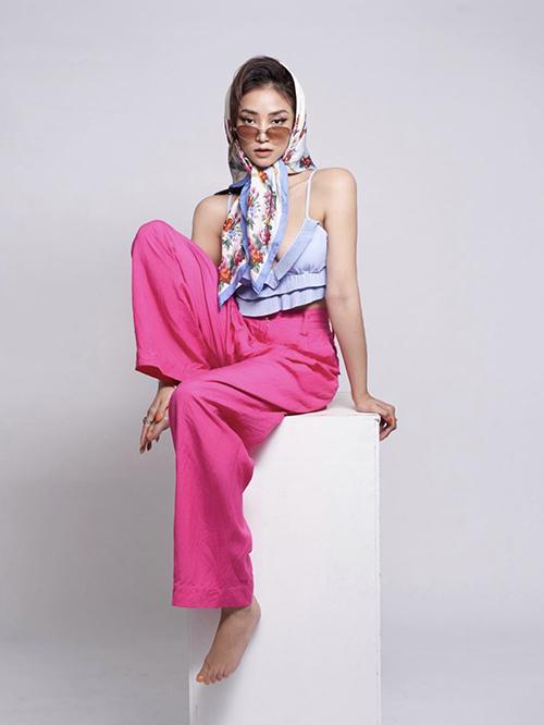 Áo hai dây kiểu crop-top cũng được Salim và nhiều fashionista lăng xê ở mùa hè năm nay. Người đẹp chọn quần ống rộng tông hồng cánh sen để tạo điểm nhấn cho set đồ.