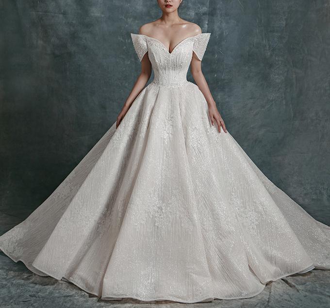Những tà váy cưới hồng phớt từng làm mưa làm gió trong năm 2019 được dự đoán đang dần nhường chỗ cho gam màu ngọc trai tinh khiết, mới lạ. Màu sắc này là sự pha trộn của hồng phớt, trắng ngà và màu vàng champagne.